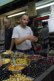 Держатель стойла служит клиенты на известном рынке Mahane Yeh Стоковые Фотографии RF