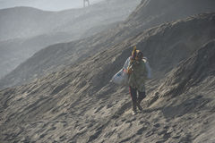 Держатель Bromo Сурабая Индонезия 1-ое августа 2015: Туристский trekking Стоковое Изображение