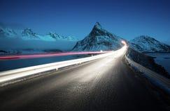 Держатель Olstind и свет автомобиля острова lofoten стоковые изображения