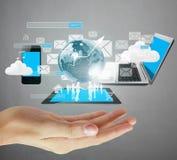 Держать виртуальный значок социальной сети в руке Стоковое Фото