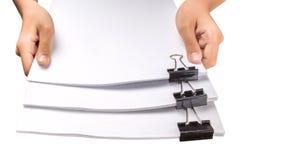 Держать зажимы связывателя и белую бумагу IV Стоковая Фотография