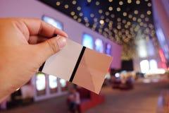 Держать кино снабжает концепцию билетами билета резервирования Стоковые Изображения
