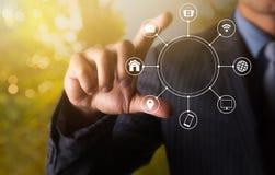 Держать коммуникационную сеть multichanel онлайн с пальцем 2 Стоковая Фотография RF