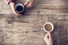 Держать кофейную чашку, деревянный стол Стоковые Изображения RF