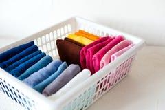 Держать одежды на коробке на белой предпосылке стоковое фото rf