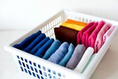 Держать одежды на коробке на белой предпосылке стоковое фото