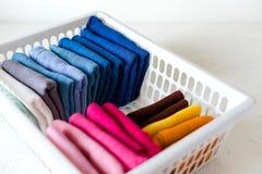 Держать одежды на коробке на белой предпосылке стоковая фотография rf
