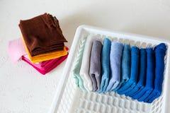 Держать одежды на коробке на белой предпосылке стоковые фото