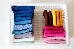 Держать одежды на коробке на белой предпосылке стоковые фотографии rf