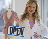 держать открытый знак владельца магазина Стоковое фото RF