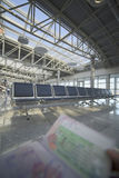 Держать пасспорт в авиапорте Стоковое Изображение RF