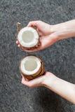 Держать половину кокоса Стоковая Фотография RF