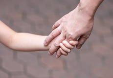 Держать руку, мать и дочь стоковые фото