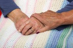 Держать руку пожилых гражданинов Стоковые Изображения