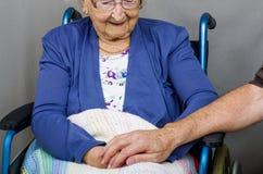 Держать руку пожилых гражданинов Стоковое Изображение