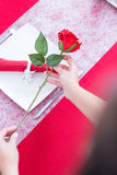 Держать рук женщины поднял над украшенной таблицей Стоковые Изображения