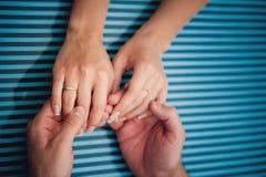 держать рук предпосылки голубой Стоковые Изображения RF