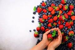 держать рук ягод свежий Здоровая чистая еда, dieting, вегетарианская еда, концепция вытрезвителя Закройте вверх рук женщины сверх стоковое изображение