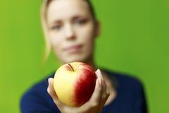 Держать яблоко Стоковое Изображение