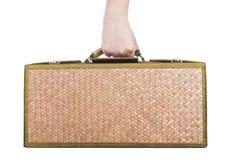 Держащ деревянный ротанг багажа изолированный на белой предпосылке Стоковые Изображения