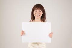 держащ женщину плаката молодым Стоковые Фото