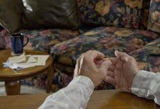 держа венчание кольца человека 2 старшее Стоковые Фото