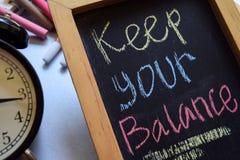 Держите ваш баланс на рукописном фразы красочное на доске стоковое фото rf