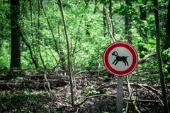 Держите ваш знак leashed собакой стоковые фото