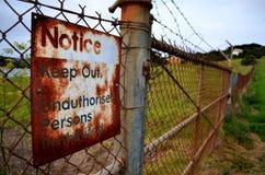 Держите вне знак на загородке стоковое фото rf