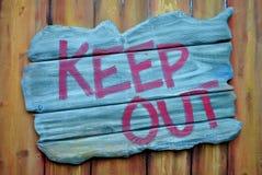 держите вне знак столба деревянной Стоковая Фотография