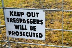 Держите вне tresspassers будет преследовать в судебном порядке знаком Стоковые Изображения