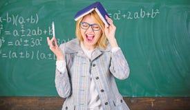 Держите в памяти Улучшите навык памяти Учитель женщины с книгой как крыша на голове Запоминать метод Память поезда каждый день стоковая фотография rf