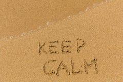Держите затишье - текст написанный на песчаном пляже стоковая фотография rf