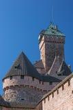 Держите и вставайте на сторону башни замка Le Haut-Koenigsbourg Стоковое Изображение RF