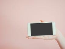 Держите и представляйте технологию умного телефона азиатской красотой женщины Стоковые Изображения