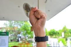 Держите кулак человека в сердитом чувстве Стоковое Изображение RF