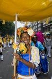 держите огромный желтый цвет женщины unbrella стоковые фотографии rf