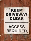 Держите ясность подъездной дороги никакая автостоянка белая и черная доска знака стоковые фотографии rf