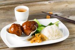 Дерзкая еда фрикаделек в белой плите готовой для еды Стоковые Изображения