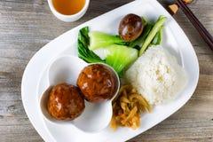 Дерзкое блюдо фрикадельки в белой плите готовой для еды Стоковые Фото