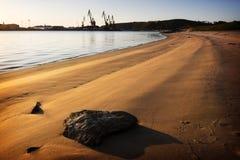 деррикы-кран пляжа Стоковые Фотографии RF