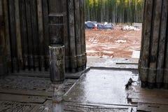 Деррик Ассистентский бурильщик вытягивает бурильную трубу с крюком в защитных перчатках Безопасность в сверлить нефтяных скважин  стоковое изображение rf