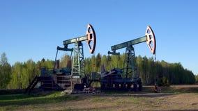 Деррик-краны нефтяной скважины работая в России видеоматериал