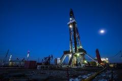 Деррик-кран месторождения нефти стоковое изображение