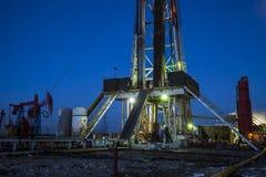 Деррик-кран месторождения нефти стоковая фотография