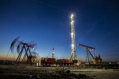 Деррик-кран месторождения нефти стоковое фото rf