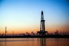 Деррик-кран месторождения нефти стоковое изображение rf