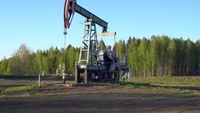 Деррик-кран нефтяной скважины работая в России сток-видео