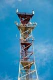 Деррик-кран связи против голубого неба стоковые фотографии rf