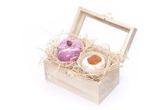 Десерты в деревянном комоде стоковые изображения rf